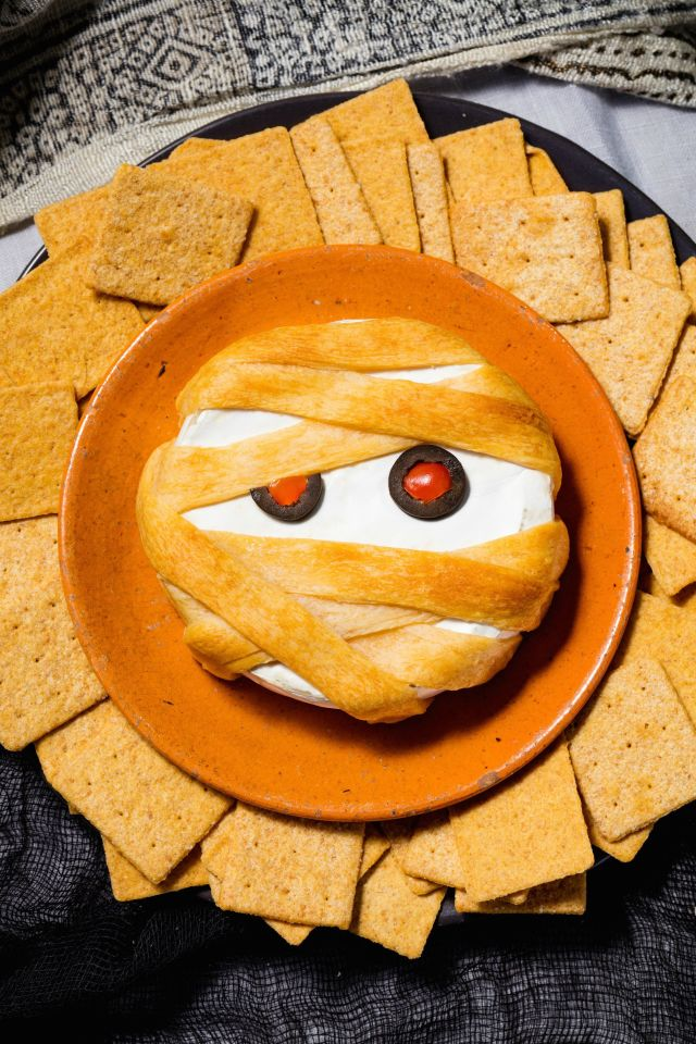 Halloween DIY Mummy Brie party food